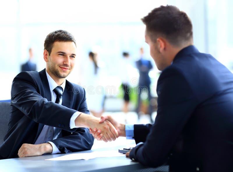 Dois colegas do negócio que agitam as mãos durante foto de stock royalty free