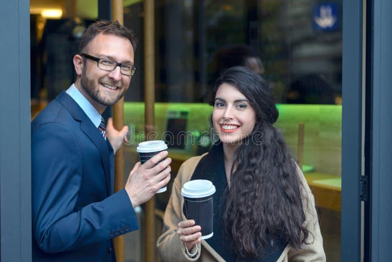 Dois colegas do negócio que compram o café afastado imagem de stock