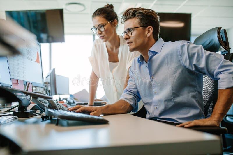 Dois colegas do negócio que trabalham em seu escritório fotografia de stock