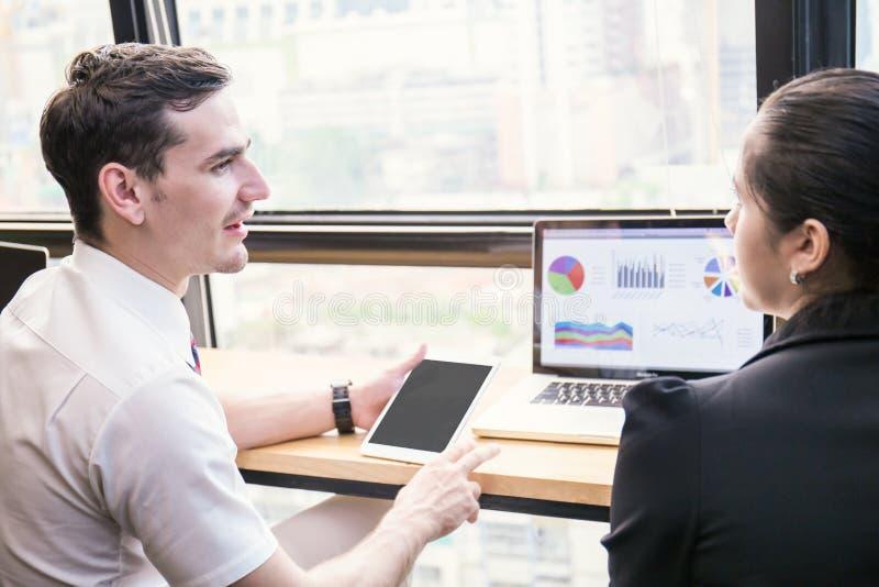 Dois colegas do trabalho do negócio que discutem a conferência em linha imagens de stock royalty free