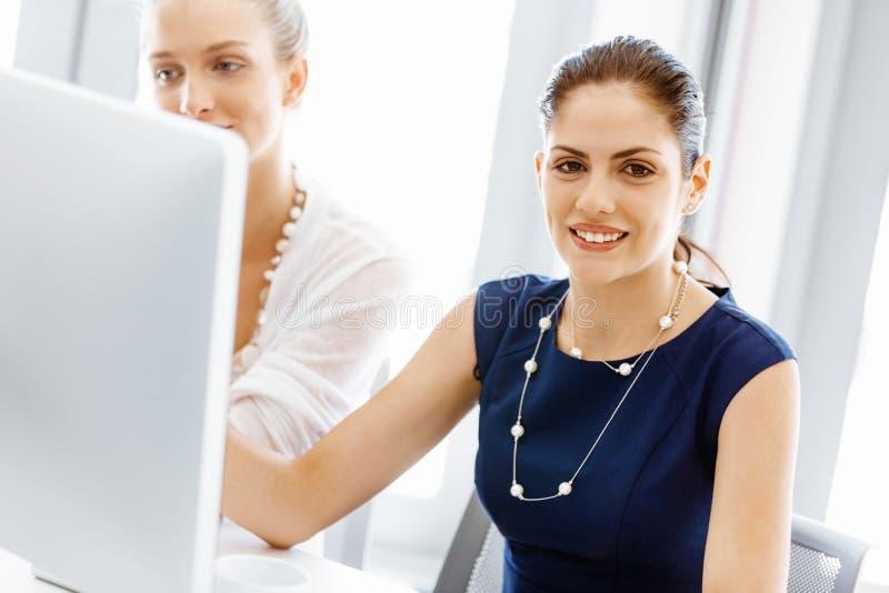 Dois colegas fêmeas no escritório imagem de stock royalty free