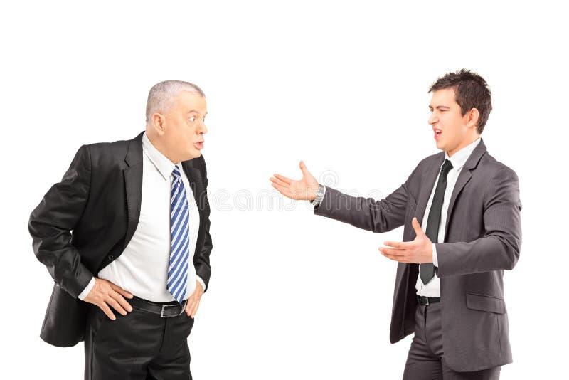 Dois colegas irritados do negócio durante um argumento foto de stock