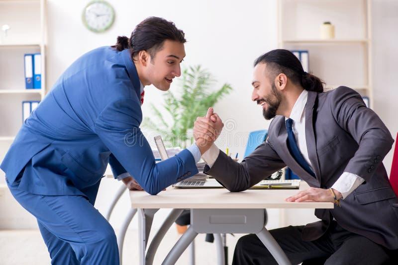 Dois colegas masculinos no escrit?rio foto de stock royalty free