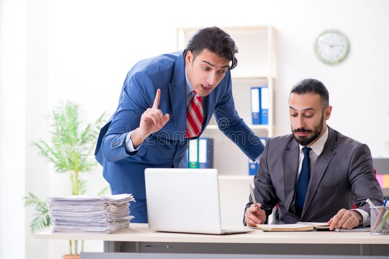 Dois colegas masculinos no escrit?rio foto de stock