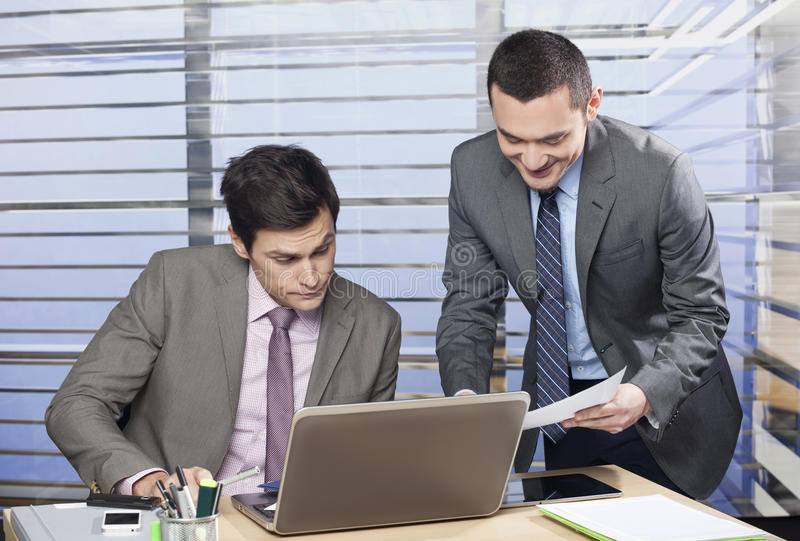 Dois colegas que discutem imagens de stock