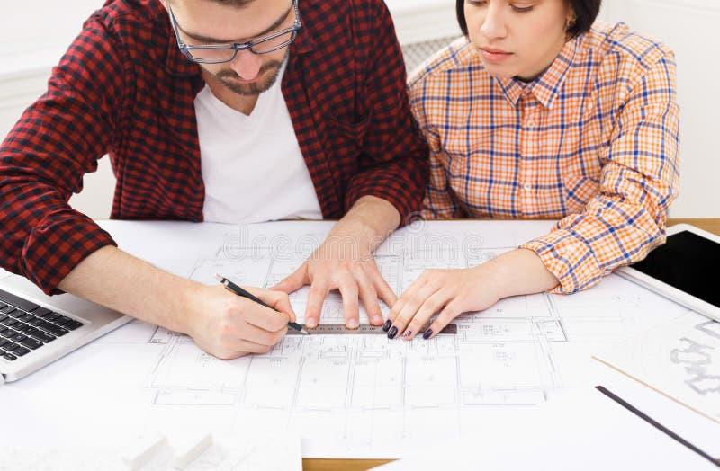 Dois colegas que discutem o projeto arquitetónico fotos de stock