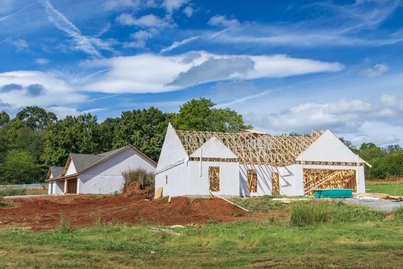 Dois começos novos da casa sob a construção imagens de stock