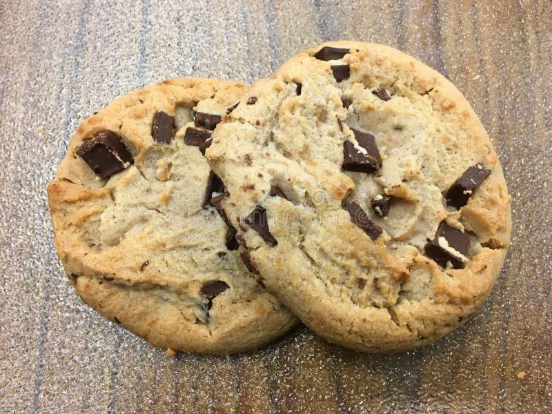 Dois Cookies Chip de Chocolate imagens de stock royalty free
