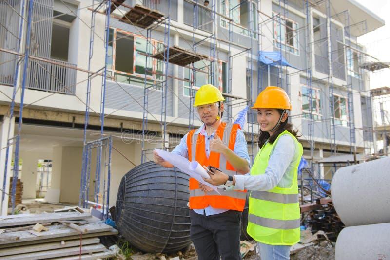 Dois coordenadores de construção que trabalham junto foto de stock royalty free