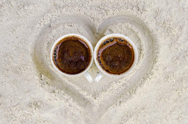 Dois copos com café quente fotos de stock