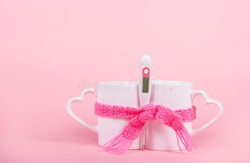 Dois copos da bebida, do lenço e do termômetro quentes Frio, doença, febre Copie o espaço fotos de stock royalty free