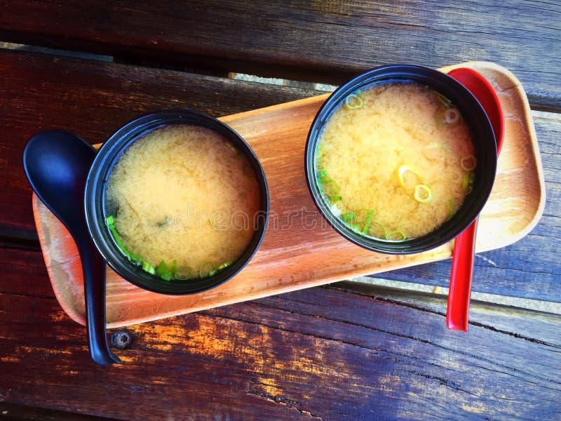 Dois copos da sopa de miso foto de stock