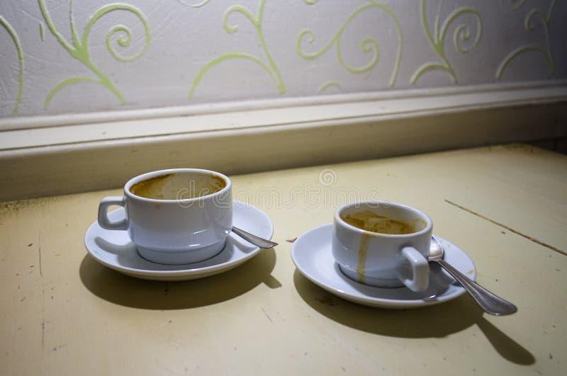 Dois copos de café sujos vazios imagens de stock royalty free