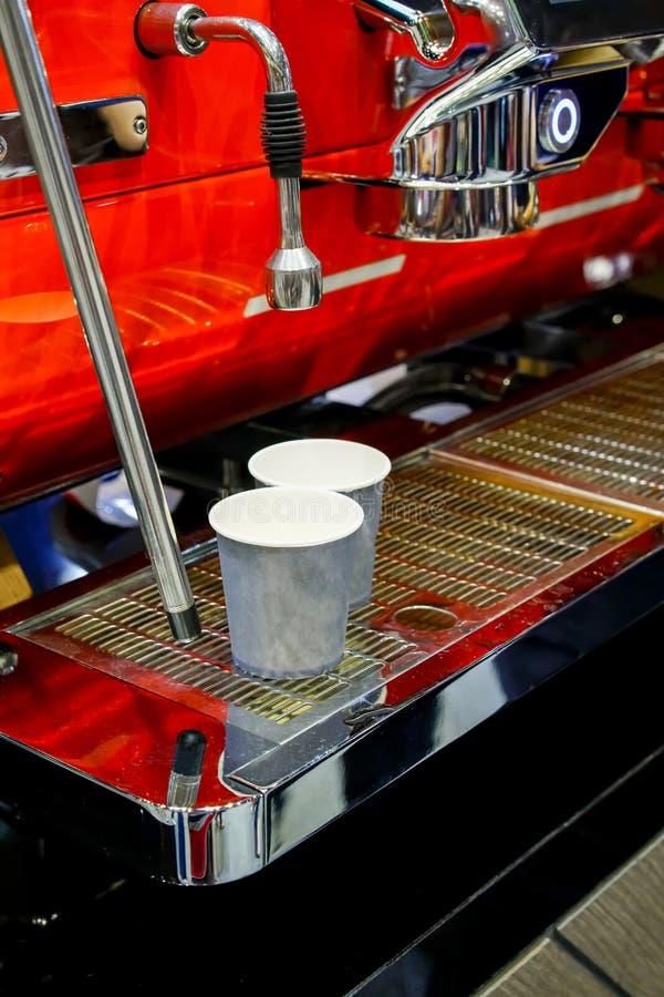 Dois copos de papel do café vazio que sentam-se no café vermelho brilhante do café imagens de stock