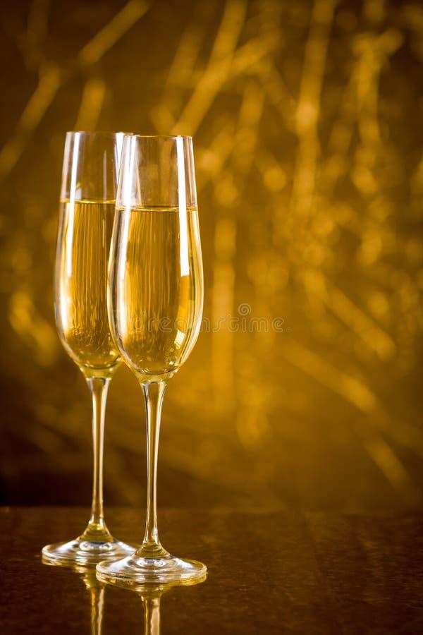 Dois copos de vinho com champanhe imagens de stock