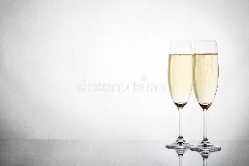Dois copos de vinho com champanhe imagem de stock