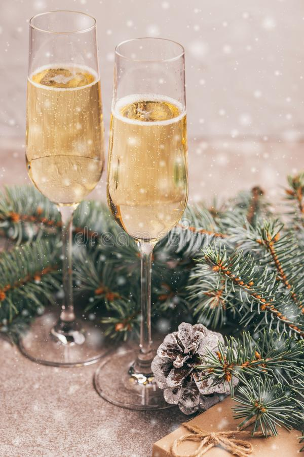 Dois copos de vinho do champanhe com ramos de árvore do Natal imagem de stock