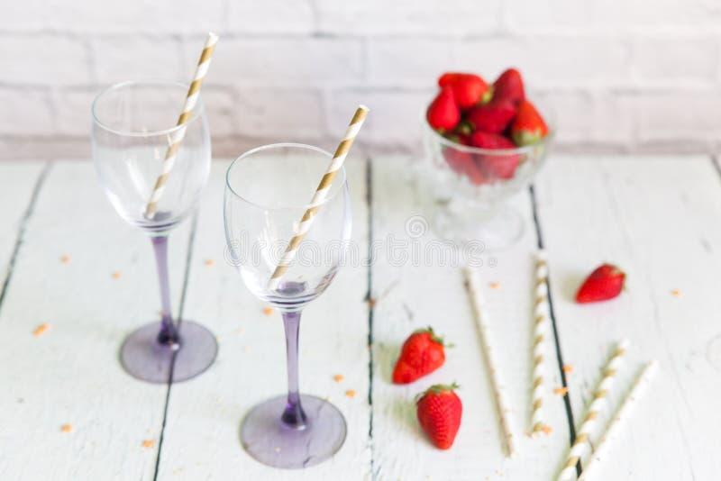 Dois copos de vinho para o cocktail ou o champanhe foto de stock