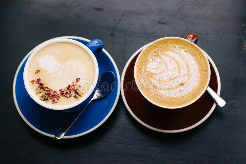 Dois copos do cappuccino com arte do latte foto de stock