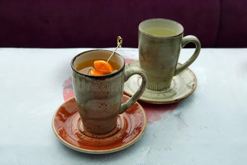 Dois copos do chá em um café japonês foto de stock