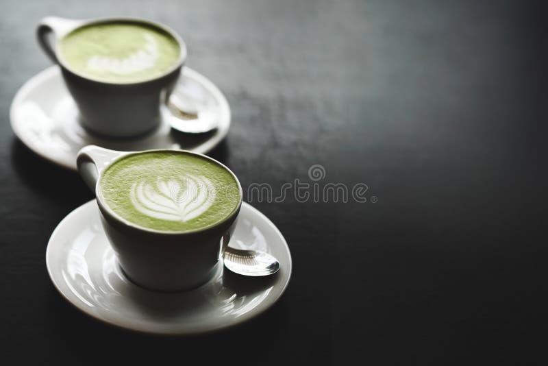 Dois copos do latte do matcha na tabela preta imagem de stock royalty free