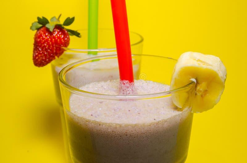Dois copos do milk shake imagem de stock