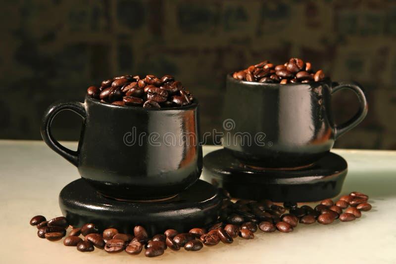 Dois copos e feijões de café imagens de stock