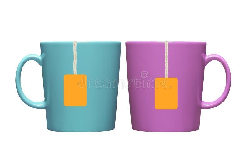Dois copos e saquinhos de chá com a etiqueta alaranjada isolada no branco fotografia de stock royalty free