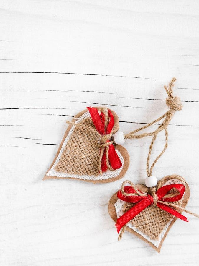 Dois corações decorativos no fundo de madeira fotografia de stock royalty free