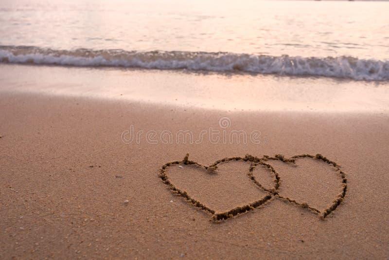 Dois corações desenhados na praia foto de stock royalty free