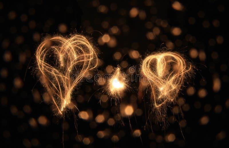 Dois corações do sparkler na noite fotos de stock