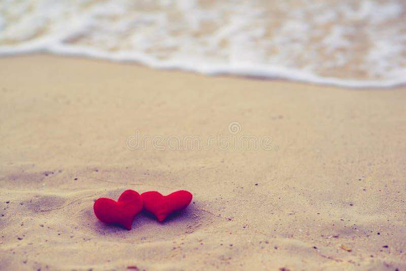 Dois corações na praia do verão imagem de stock