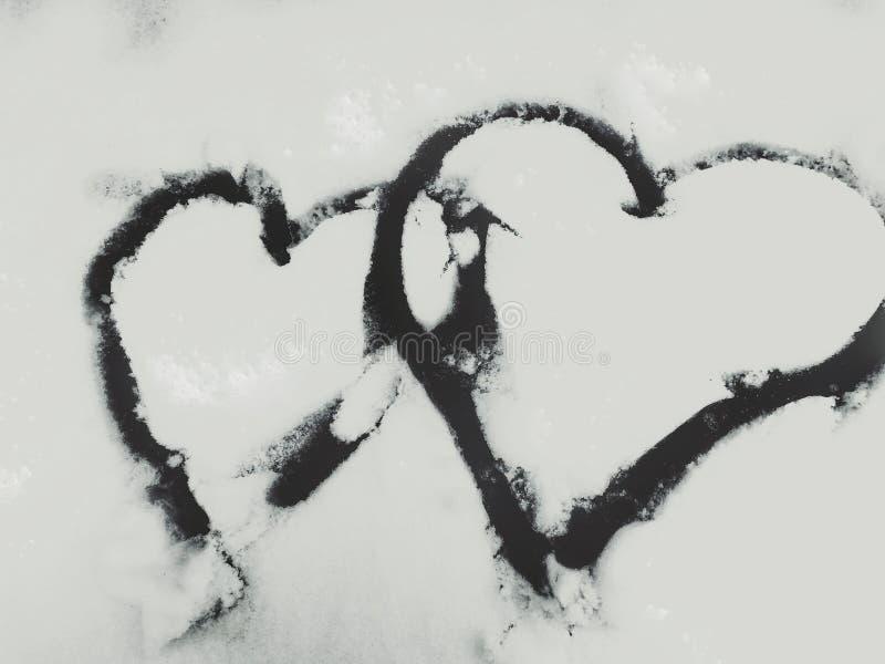 Dois corações pintados na neve foto de stock