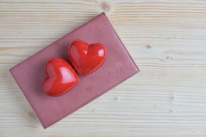 Dois corações vermelhos com couro fotos de stock