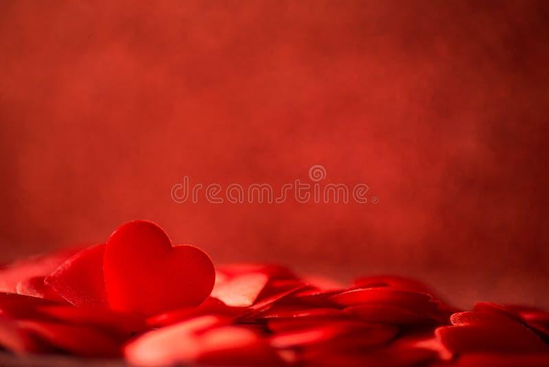 Dois corações vermelhos do cetim no fundo vermelho do dia do fundo, dos Valentim ou de mães, comemoração do amor fotografia de stock