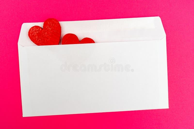 Dois corações vermelhos em um envelope branco fotos de stock