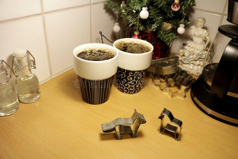 Dois cortadores dados forma animal da cookie do pão-de-espécie levantam-se em uma bancada da cozinha foto de stock royalty free