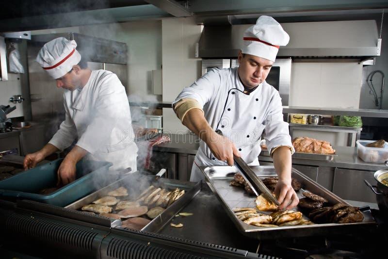 Dois cozinheiros chefe fotografia de stock royalty free