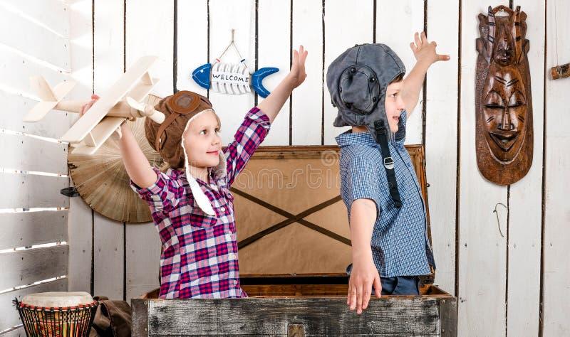 Dois criança-pilotos pequenos voam com mãos fotos de stock royalty free