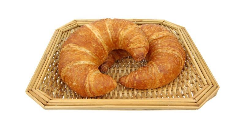 Dois croissants na cesta de vime imagens de stock