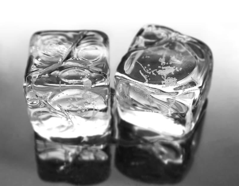 Dois cubos de gelo foto de stock
