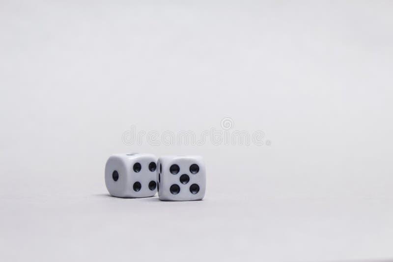 Dois cubos quadrados para jogar dados em um fundo leve foto de stock