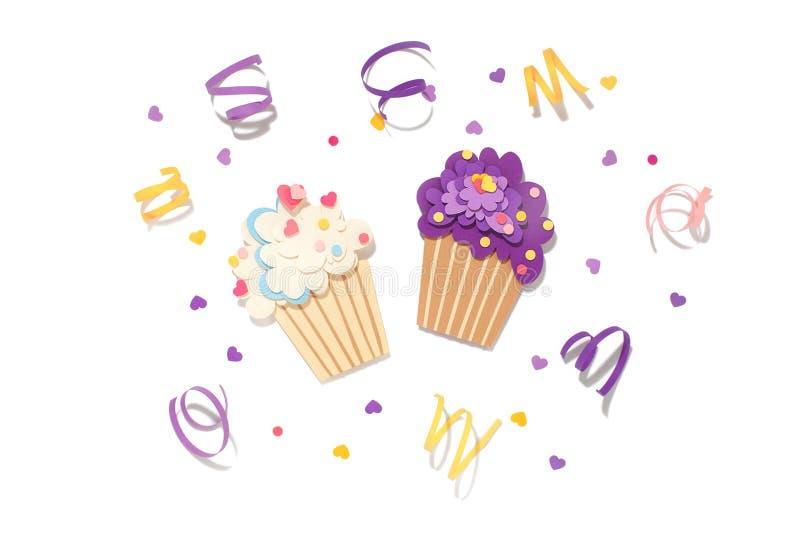 Dois cupcake em papel, em fundo isolado imagem de stock