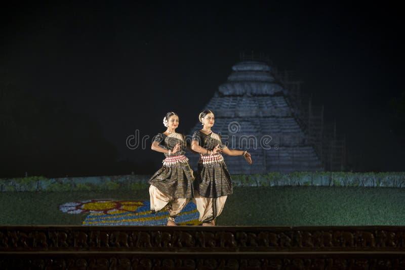 Dois dançarino clássico bonito de Odissi ou de orissi que executa na fase no templo de Konark, Odisha, Índia imagens de stock royalty free
