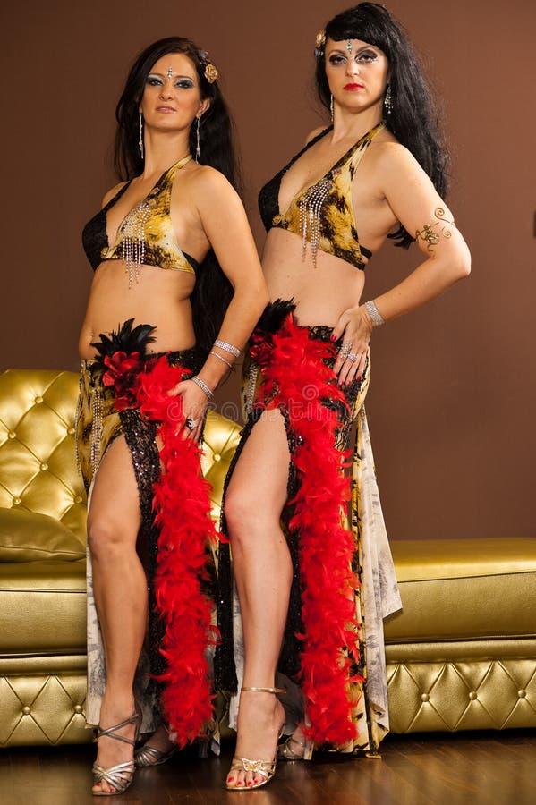 Dois dançarinos de barriga que pré-formam na fase foto de stock royalty free