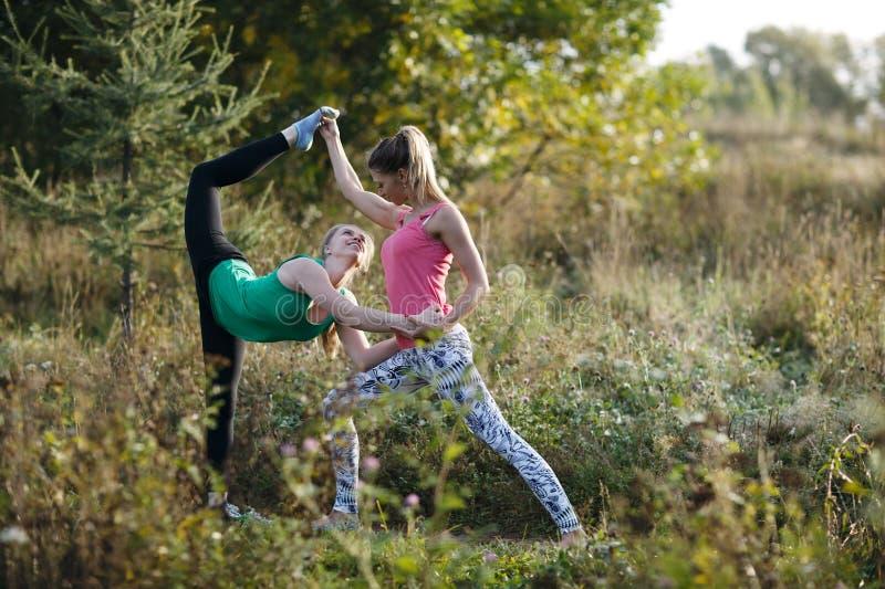 Dois dar certo bonitos das ginastas ou dos dançarinos foto de stock