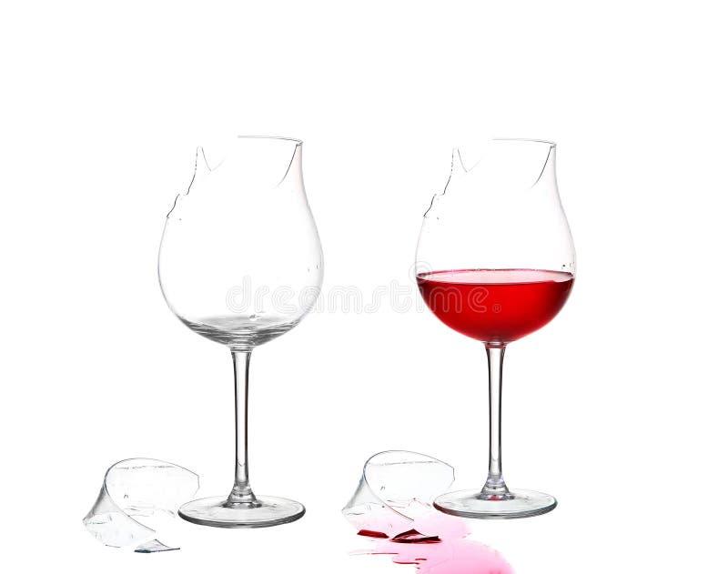 Dois de vidro quebrados e vazios com vinho tinto no isolado branco fotografia de stock royalty free