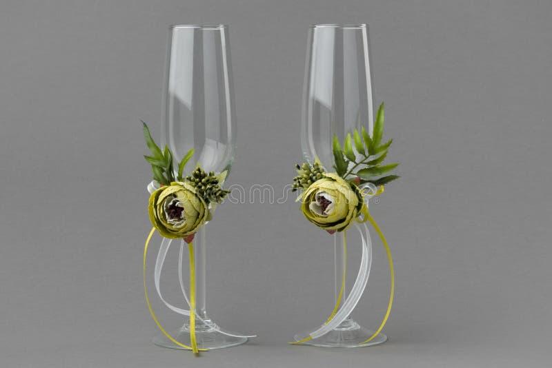 Dois decoraram copos de vinho verdes do casamento das flores imagens de stock royalty free