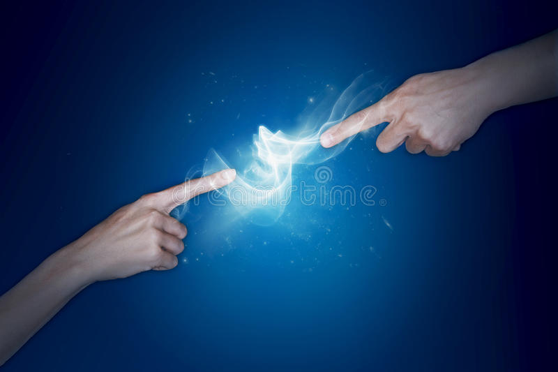 Dois dedos que tocam e que criam na eletricidade imagens de stock