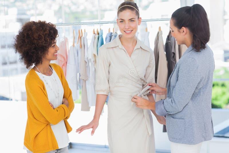 Dois desenhadores de moda e um modelo imagem de stock royalty free